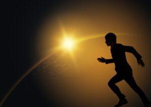 宇宙をイメージした夜明けと走る男性の写真
