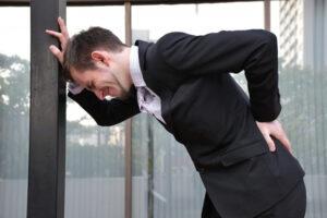 腰痛に苦しむイメージ写真