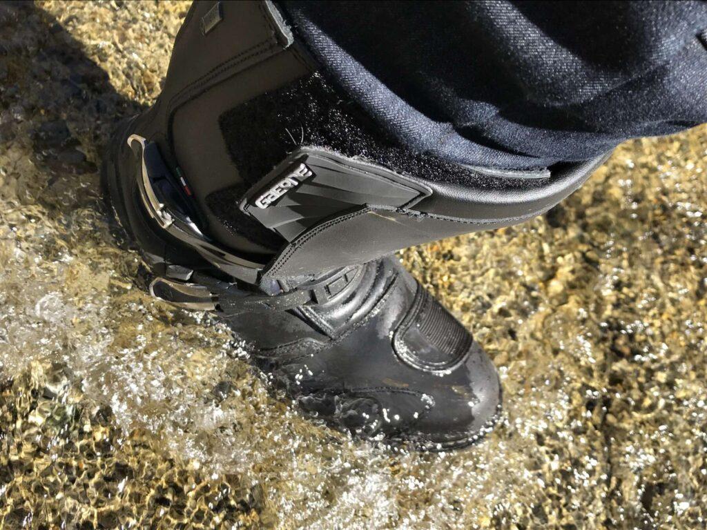 ブーツで水の中へ