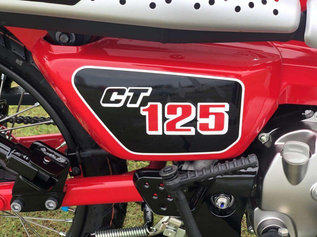 CT125のサイドカバー